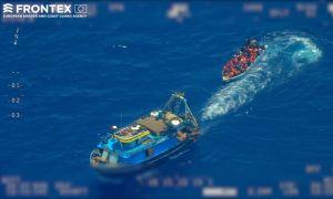 Kuva pakolaisia täynnä olevasta veneestä Välimerellä.