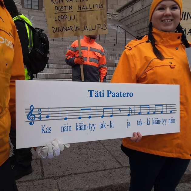 Kuva kyltistä, jossa on nuotit omistajaohjausministeri Paateroa pilkkaavalle laululle.